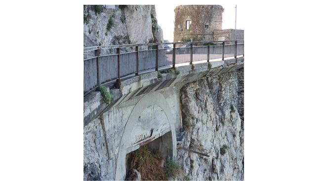 Amalfi, pietre si staccano dall'arcata sottostante la SS 163. SOS del consigliere di minoranza Laudano