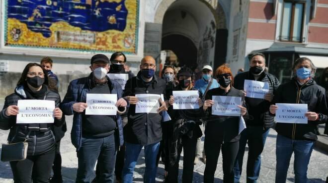 Amalfi: questa mattina commercianti ed operatori turistici muti ed in abito nero alla riapertura della statale amalfitana