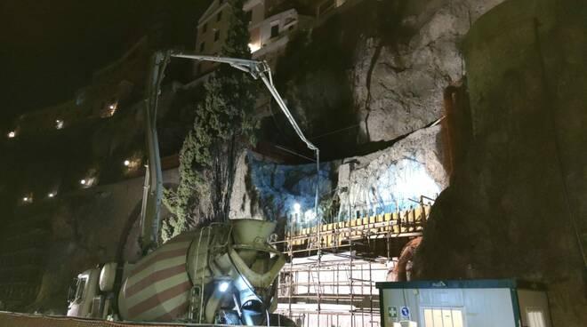 Amalfi si lavora anche di notte per la strada