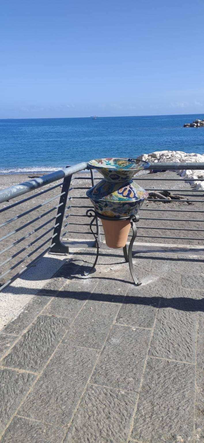 """Atrani, installate le opere ceramiche """"Amare Nostrum – progetto vasi d'a…mare"""""""