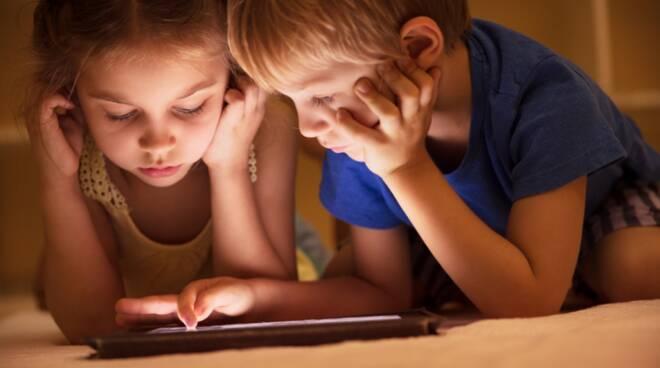 Bambini e computer: le potenzialità e i rischi di un binomio esplosivo