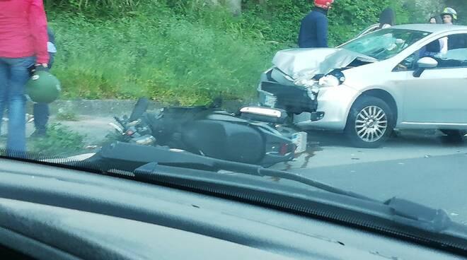 Cava de' Tirreni, scontro frontale tra un ciclomotore ed un'autovettura