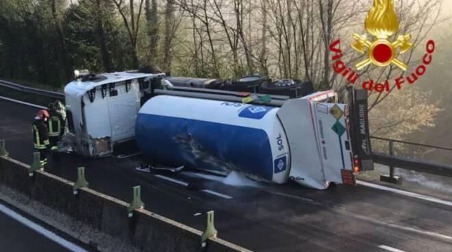 Cisterna di ossigeno liquido destinato ai malati Covid si ribalta: due feriti sul raccordo Avellino-Salerno