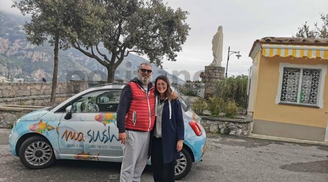"""Dalla Sicilia a Positano: una coppia del gruppo """"IoApro"""" arriva con la sushi car"""