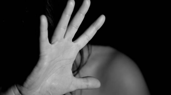 """Donne vittime di violenze, l'aiuto delle farmacie. Arriva l'app del """"Progetto Mimosa"""""""