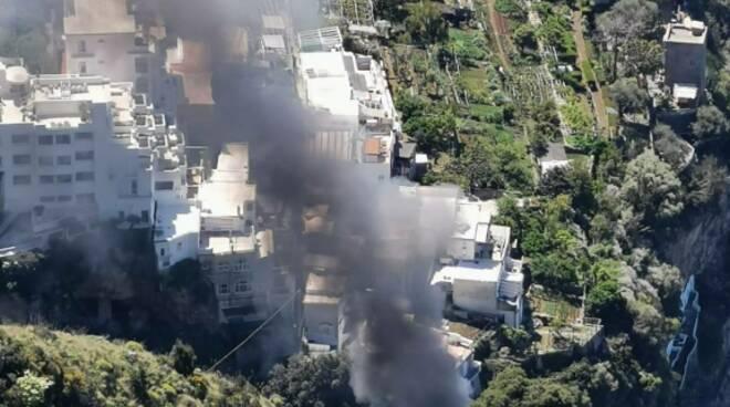 Fumo nero dal Sentiero degli Dei: incendio a Praiano