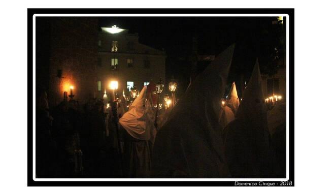 In penisola sorrentina per il secondo anno il silenzio delle processioni degli incappucciati