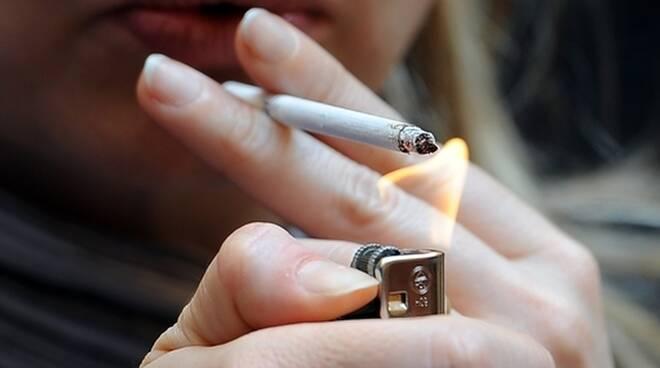 """La Spagna chiede il divieto di fumo all'aperto: """"Rischio diffusione virus a 8 metri di distanza"""""""