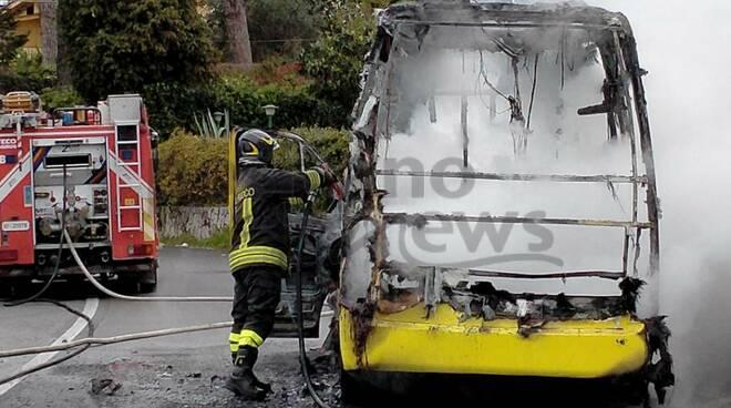 Piano di Sorrento, bus in fiamme: scampata la tragedia, i retroscena