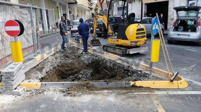Piano di Sorrento, lavori in piazza mercato: si prepara la rotatoria per piantare un albero