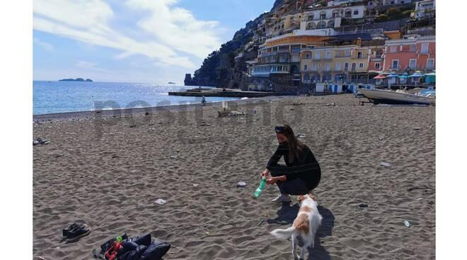 positano cacche di cane in spiaggia
