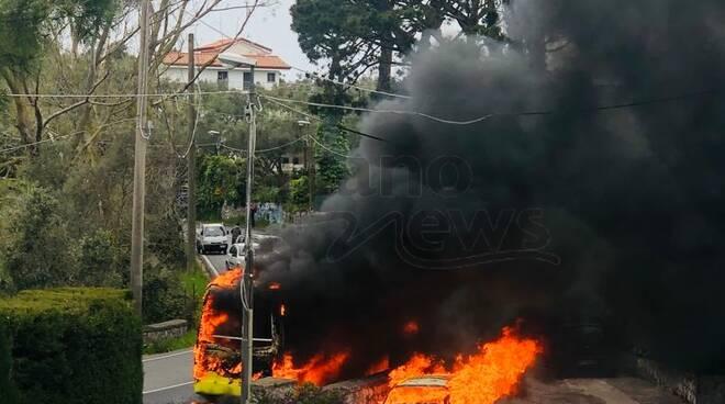 Scuola bus in fiamme a Sant'Agnello e nessuno interviene