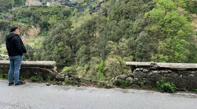 Sulla strada provinciale che porta a Ravello autoveicolo urta un muretto facendolo franare