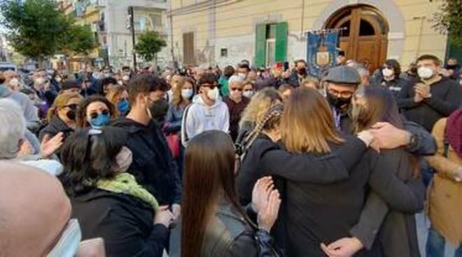 Ucciso a Torre Annunziata per difendere la figlia, in molti con Adriana: «Ribelliamoci ai soprusi come suo papà Maurizio»