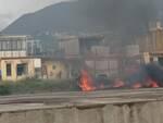 Un incendio alla periferia di Castellammare in Via Alcide De Gasper