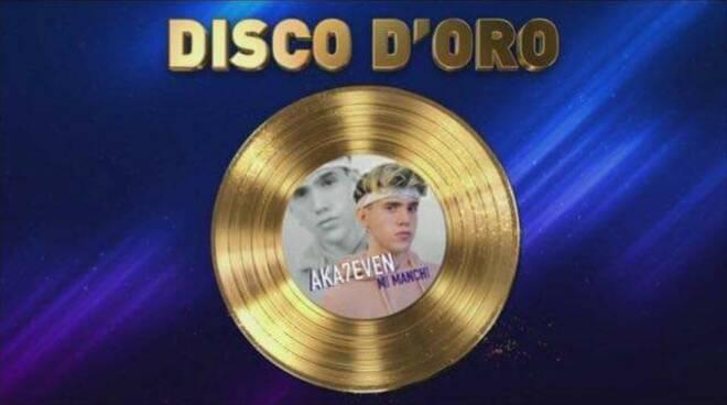 Vico Equense, disco d'oro per il cantante Aka7even (Luca Marzano)