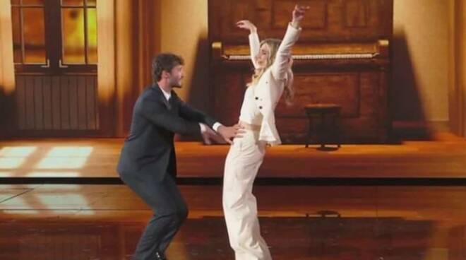 """""""Amici 20"""", Stefano De Martino e Lorella Cuccarini ballano insieme il Tuca Tuca"""