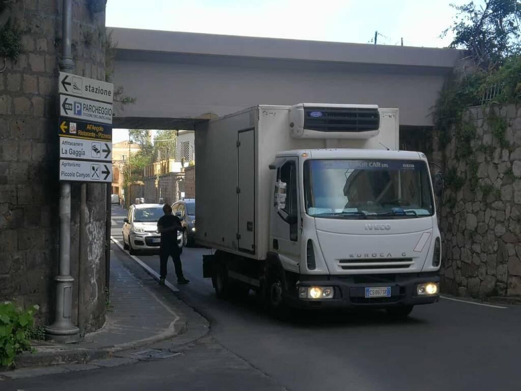 Camion incastrato in Via Bagnulo a Piano di Sorrento