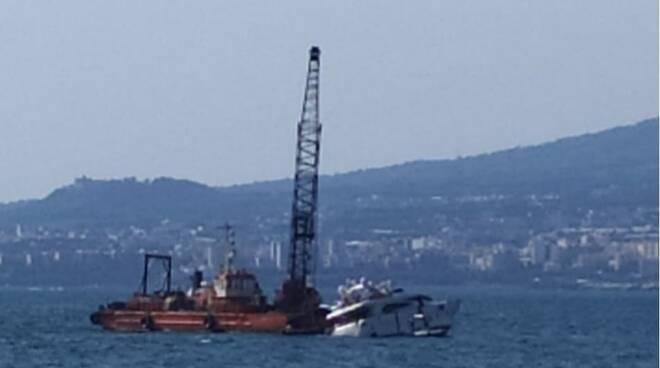 Castellammare di Stabia: una barca finisce contro gli scogli e rischia di affondare