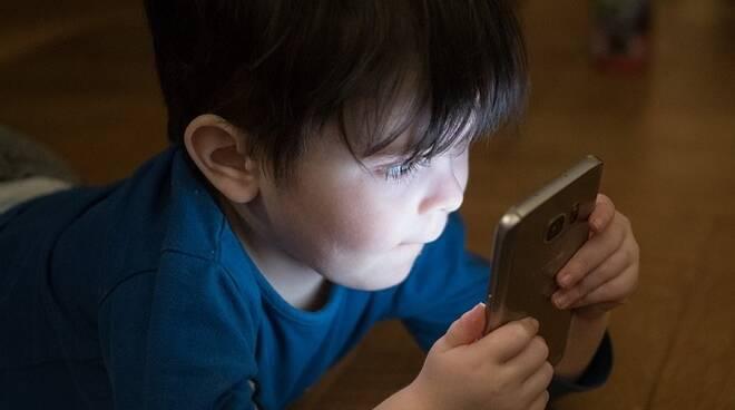 Cellulari vietati ai bambini: cosa c'è scritto nella proposta di legge alla Camera