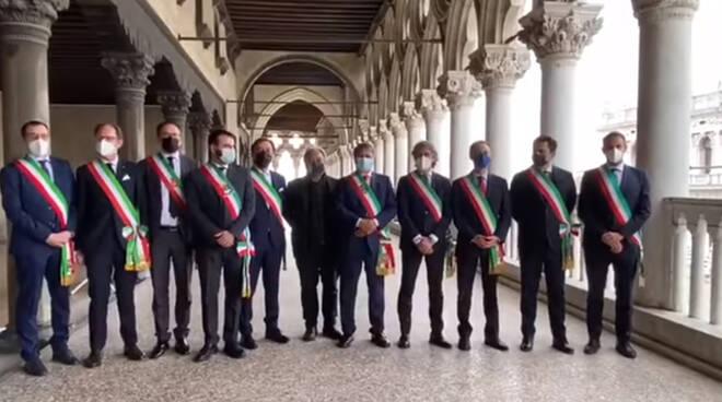 Festa della Sensa, il sindaco di Amalfi riconsegna l'anello dogale al primo cittadino di Venezia
