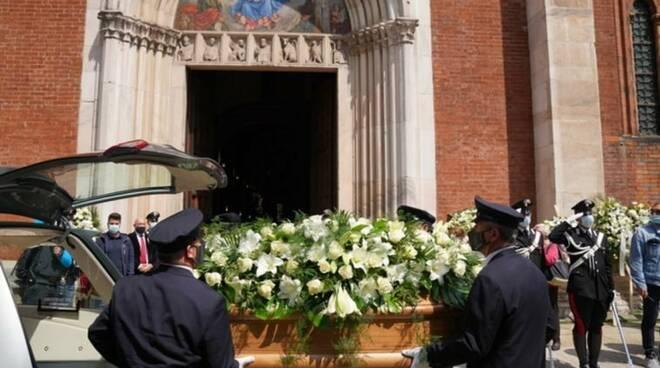 Grande commozione e partecipazione ai funerali di Carla Fracci, un lungo applauso per l'ultimo saluto