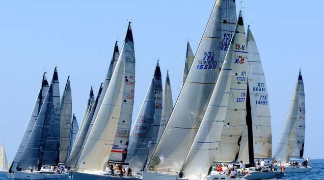 """La regata """"Tre Golfi"""". 120 imbarcazioni da Napoli verso Ponza per tagliare il traguardo a Capri girando prima al largo di Positano"""
