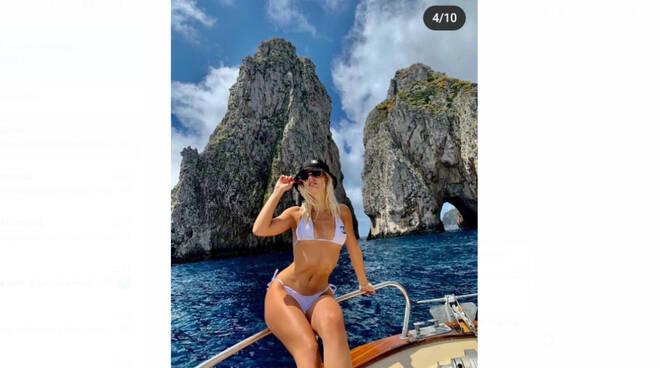 Le bella Asia Valente a Capri, le sue foto fanno impazzire il web