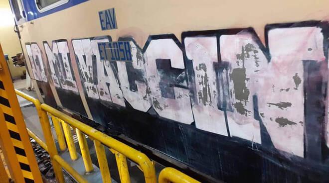 """Napoli, ripulito dagli atti vandalici il treno EAV, da """"IO MI VACCINO"""" a """"IO MI SONO VACCINATO"""""""