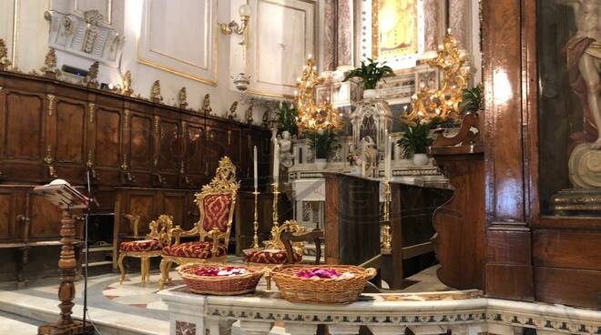 Oggi è la Domenica di Pentecoste: a Positano l'usanza di lanciare i petali in Chiesa