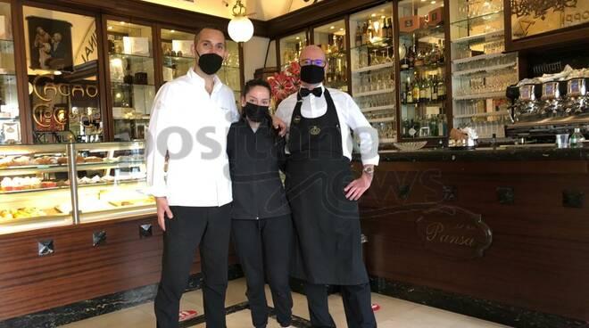 Pansa lo staff della pasticceria di Amalfi