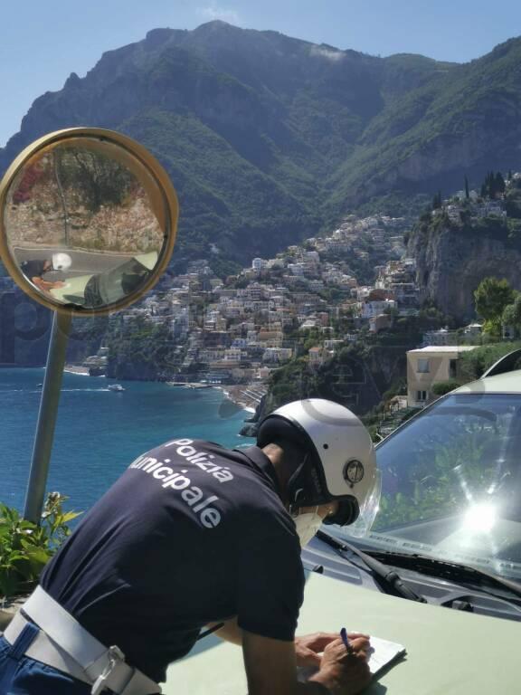 Positano, controlli stradali: moto sanzionate dalla polizia locale