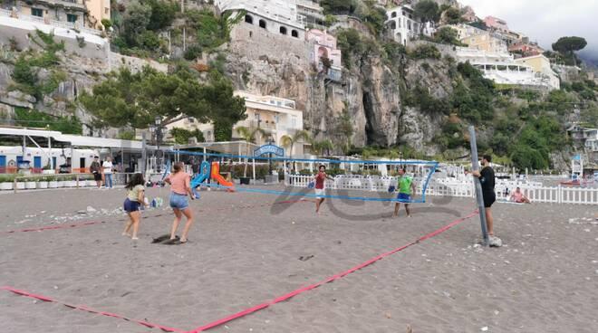 Positano, due campionesse del Canada sconfiggono i positanesi in una partita di beach tennis