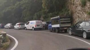 Positano, lunga fila di auto sulla S.S. 163 in direzione Piano di Sorrento