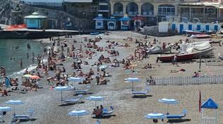 Positano, prove d'estate alla Spiaggia Grande tra voglia di mare e di libertà