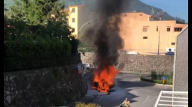 Si incendia auto in Via Castellammare a Gragnano, salvato il conducente