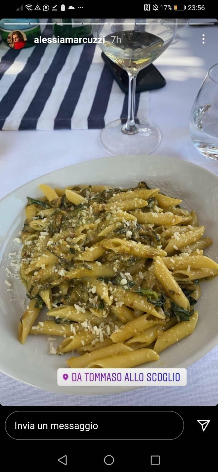 """Alessia Marcuzzi si rilassa a Capri per poi pranzare al ristorante """"Lo Scoglio"""" di Nerano"""