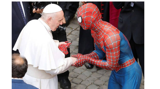 All'udienza con Papa Francesco anche l'Uomo Ragno. Ma chi è realmente?