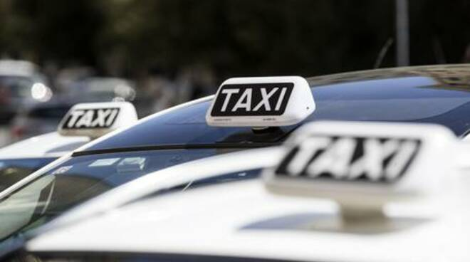 Amalfi, tassa di 10 euro per far salire e scendere i passeggeri. Perché spetta agli NCC e non ai tassisti?