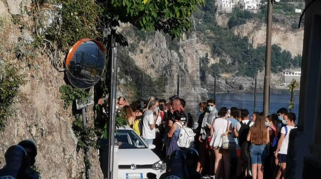 Caos a Positano, assembramenti alla fermata della Sita dopo la giornata di festa