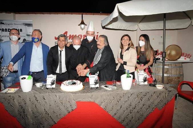 Standing ovation per lo scrittore e attore Angelo Iannelli a Brusciano  Presenti tantissimi giornalisti del territorio Per una sera la location bruscianese nella veste insolita di ristorante letterario