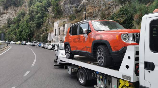 Carro attrezzi all'opera: a Positano rimossa anche l'auto di un matrimonio