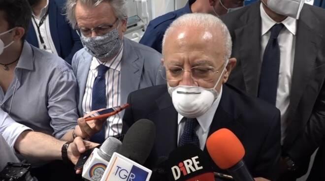 """Coronavirus, De Luca: """"Su vaccini comunicazione demenziale"""" e chiede le dimissioni di Speranza e Figliuolo"""