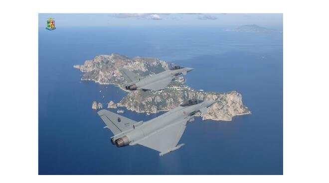 I caccia Eurofighter sorvolano Capri. La bellissima foto dell'Aeronautica Militare