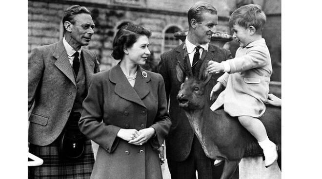 In Gran Bretagna si festeggiano i papà e la regina Elisabetta pubblica una foto privata e bellissima
