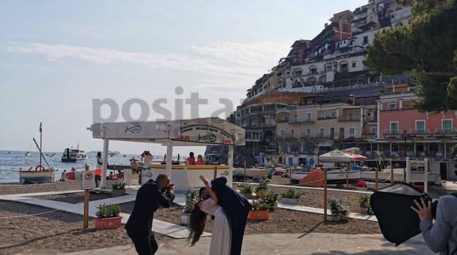 La bellezza di sposarsi a Positano: la foto diventa virale