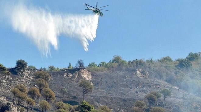 """La """"terra del fuoco"""": Salerno flagellata dagli incendi"""