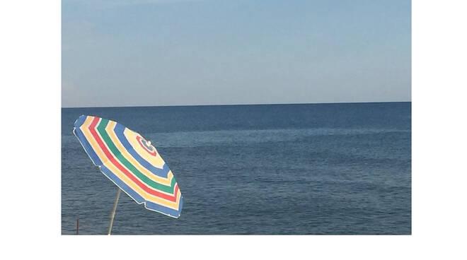 """Maiori, la denuncia di un lettore: """"Prezzi alle stelle per un ombrellone in spiaggia"""""""