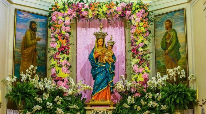 Per la festa della Madonna delle Grazie a Montepertuso il Vescovo Fusco ed il gioco di luci sul monte forato