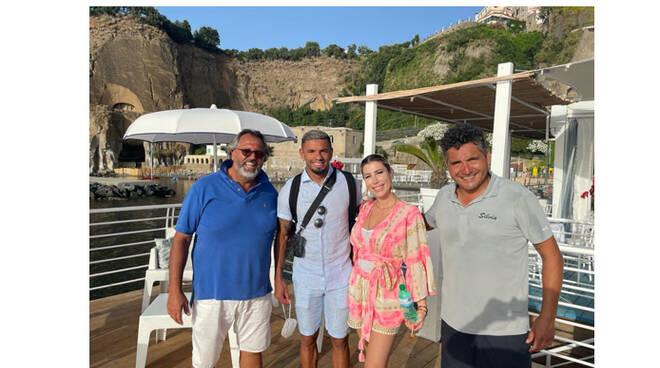 Piano di Sorrento, il calciatore Bruno Peres e la compagna Glenda si rilassano a Marina di Cassano